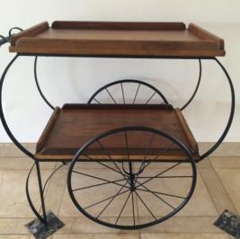 Carrinho de madeira com rodas de ferro