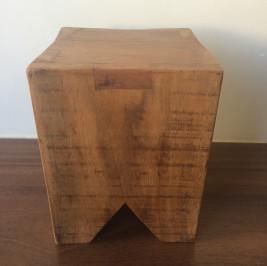 Banquinho quadrado madeira demolição
