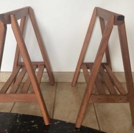 Cavalete madeira fixo com bandeja (alugado APENAS com tampo de mesa)