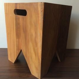 Banco quadrado em madeira grande