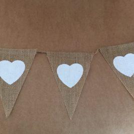 Banderola de juta com coração branco