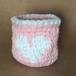 Cachepô maxicrochê rosa com coração e laço branco