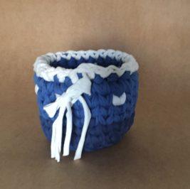 Cachepô maxicrochê azul com branco  M