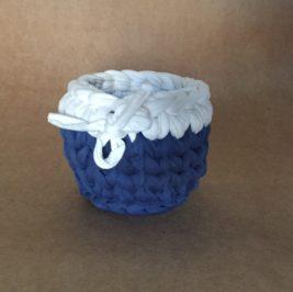 Cachepô maxicrochê azul com branco  P